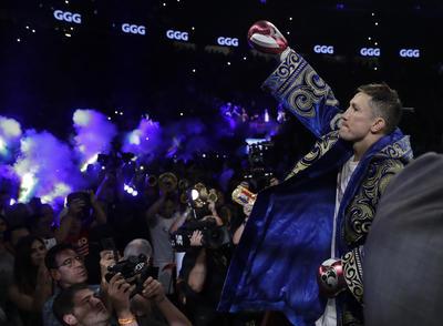 Golovkin apareció en Las Vegas con su emblemática túnica azul y dorada.