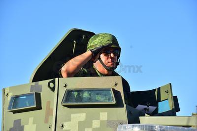 Militares recorrieron el Centro de Torreón ante los ojos de los ciudadanos que salieron a disfrutar del desfile.