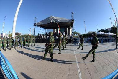 Como cada 16 de septiembre, se realizó en el Centro de Torreón el tradicional desfile por la Independencia de México en el que participaron elementos de las Fuerzas Armadas, así como autoridades de diversas corporaciones y alumnos de escuelas de la región.