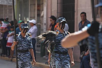Acudir al desfile es una tradición duranguense, de adultos que eran llevados por sus padres y ahora acuden con sus hijos y nietos.