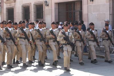 Más de dos mil elementos del Ejército Mexicano, y diversas corporaciones policíacas y de socorros desfilaron por la calle 5 de febrero.