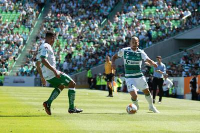 El brasileño Dória se mostró muy participativo, tanto en defensa, como en ataque.