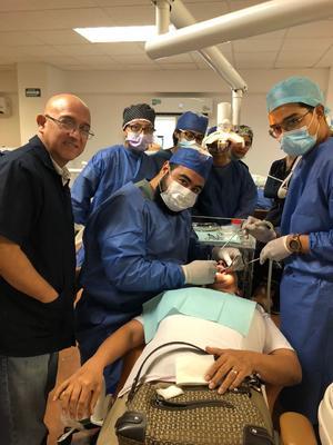 16092018 Dr. Ricardo Martínez Pedraza, Rogelio Alberto Ponce Guevara y alumnos de la Facultad de Odontologia Unidad Torreón.
