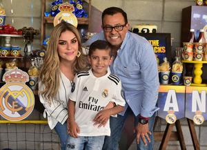 16092018 FELIZ CUMPLEAñOS.  Santiago con sus papás, Héctor Ramírez y Verónica Esqueda.