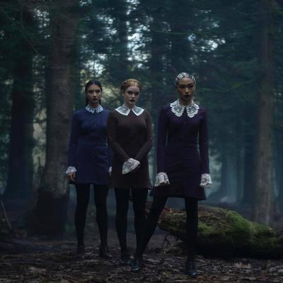 """Las hermanastras extrañas de """"Agatha"""" (Adeline Rudolph), """"Prudence"""" (Tati Gabrielle) y """"Dorcas"""" (Abigail Cowen) son un trío de poderosas y raras brujas adolescentes en la Academia de las Artes Ocultas que menosprecian a """"Sabrina"""" por ser mitad mortal."""