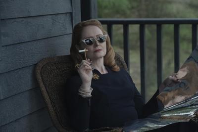 """""""Zelda Spellman"""" (Miranda Otto) es la tía bruja más rígida de """"Sabrina""""; es orgullosa y devota, cree que no hay mayor honor que servir al """"Señor Oscuro"""" como miembro de la Iglesia de la Noche."""