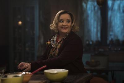 """La actriz Lucy Davis dará vida a """"Hilda Spellman"""", una de las dos tías brujas de """"Sabrina"""": más cariñosa que """"Zelda"""", la naturaleza maternal de """"Hilda"""" y su cálido sentido del humor ocultan una vena perversa y macabra."""