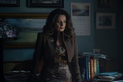 """""""Mary Wardwell"""" (Michelle Gomez) es la maestra favorita de """"Sabrina"""" y su mentora en la escuela """"Baxter"""", pero cuando está poseída por la """"Doncella del Diablo"""", es """"Madame Satán"""", una seductora y astuta manipuladora."""