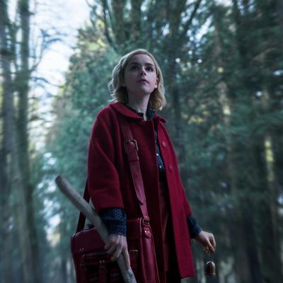 """Interpretada por Kiernan Shipka, """"Sabrina Spellman"""" es una joven empoderada mitad mortal, mitad bruja, que apenas está comenzando su educación oscura como hechicera."""
