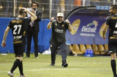 Con las emociones al tope, Diego Maradona llevó alegría a la cancha del Estadio Banorte.