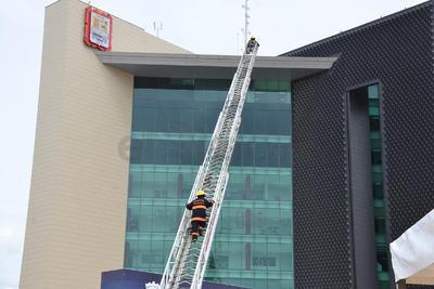 Los bomberos subieron hasta el techo de la Presidencia.