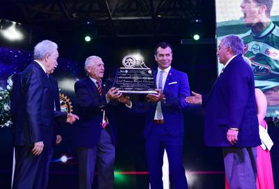 El exjugador profesional de futbol recibió un artesanal reconocimiento fabricado especialmente para la ocasión.