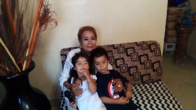20092018 Cony Esparza con sus nietos.