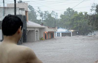 Debido a las fuertes lluvias que se registraron desde el miércoles y parte de la madrugada de ayer, la carretera federal México 15 quedó incomunicada y cerrado el paso vehicular hasta nuevo aviso, según se mencionó en un comunicado que emitió la Unidad Estatal de Protección Civil.