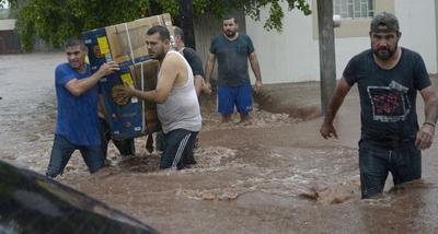 En Sinaloa, la tormenta tropical dejó un saldo catastrófico: 43 colonias y 31 comunidades inundadas de Los Mochis, El Fuerte, Salvador Alvarado y Culiacán, de acuerdo con el primer reporte preliminar de Protección Civil.