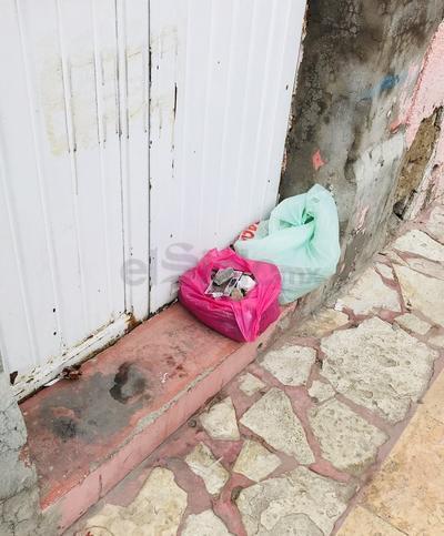 Calle Hidalgo. Hay personas que tienen la mala costumbre de colocar bolsas con basura en las casas deshabitadas, para deshacerse de ella. (EL SIGLO DE DURANGO)