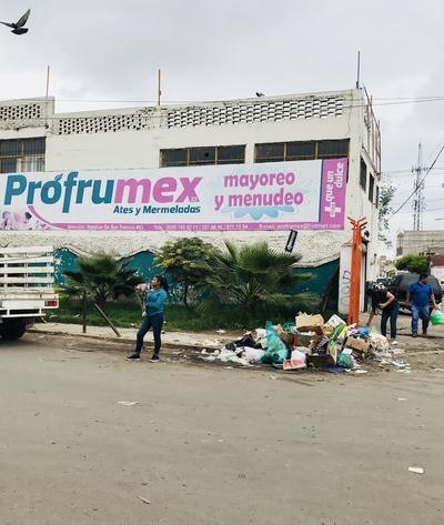 Mercado El Refugio. A falta de contenedores, los comerciantes apilan la basura a la intemperie, lo que además de dar una mala imagen, genera malos olores. (EL SIGLO DE DURANGO)