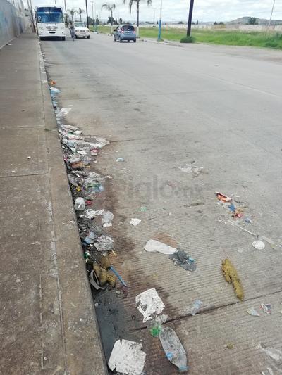 Avenida Ferrocarril. Los arrastres de las lluvias, dejan basura en las cordonerías de las calles. (EL SIGLO DE DURANGO)
