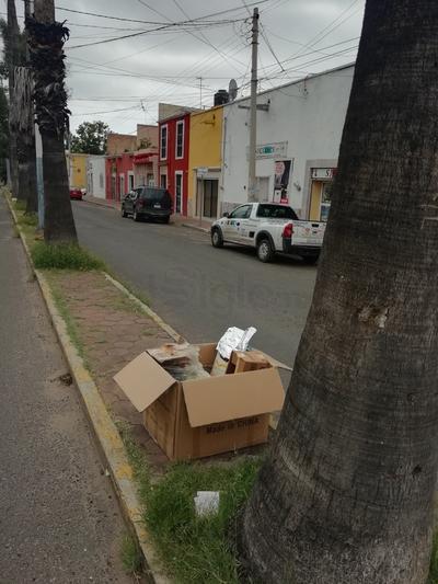 Avenida Belisario Domínguez. Siguen las costumbres de algunos locatarios y vecinos de la zona, de dejar basura en el camellón, con el fin de que el camión recolector pase por ella. (EL SIGLO DE DURANGO)