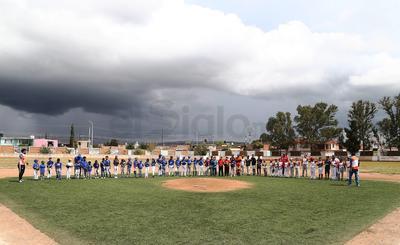 Autoridades municipales y del beisbol hicieron también entrega de material deportivo.