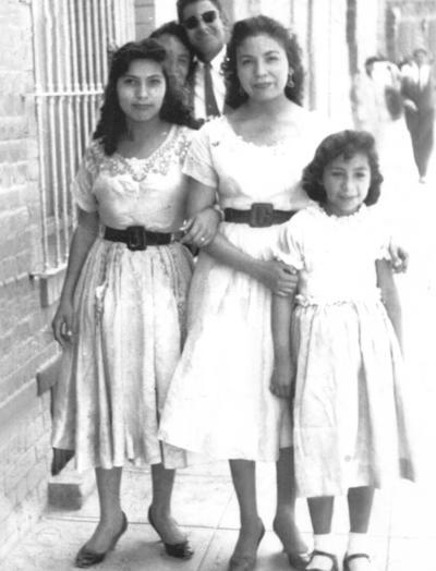 23092018 Guadalupe Ramírez, Esther Carrillo, Conchita Ramírez y el Sr. Rascacielos saliendo de la XEDN en 1956.