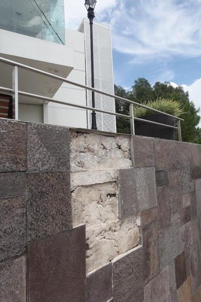 Daños. Además del peligro que representa la caída de estas piezas de mosaico, muestran falta de mantenimiento.