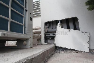 Descuido. Ante una posible reparación del área de mantenimiento del lugar, se encuentran expuestos tubería y cableado.