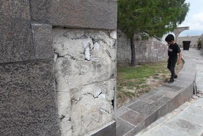 Imagen. Se muestra una imagen de descuido en los espacios donde los mosaicos se han caído, mostrando deterioro y falta de atención.
