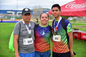 25092018 EN CARRERA ATLéTICA.  Fernando, Alejandra y Bersain.