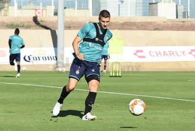 Julio Furch, actual líder de goleo en el entrenamiento matutino con Santos.