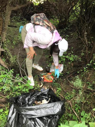 Las bolsas de basura que se fueron sacando estaban por lo general llenas de botellas y latas de cerveza
