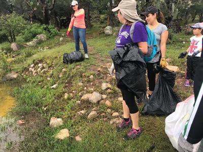 A través de páginas de internet, el grupo Limpiemos Durango hizo el llamado para acudir el pasado domingo por la mañana a realizar un trabajo de limpieza en la presa Garabitos.
