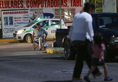 Las circunstancias llegan a obligar a las personas con algún problema de movilidad a circular por las calles, en lugar de las banquetas.