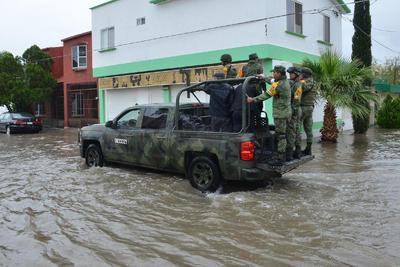 Personal militar apoyó a los ciudadanos que se vieron afectados por las lluvias.