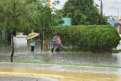 Luego de las lluvias registradas esta mañana, la Secretaría de Educación (SE) reportó un 80 por ciento de asistencia en primarias y secundarias; sin embargo, directivos de algunos planteles de Torreón reportaron entre el 10 y 56 por ciento de niños y niñas que sí acudieron a clases.