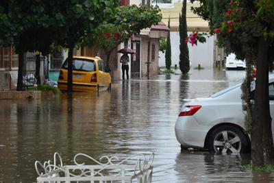 En Valle Dorado, colonos se quejaron de la barda de Ferromex que abrieron un boquete y están sacando agua de sus patios, por lo que grandes corrientes bajan hacia Diagonal Las Fuentes.