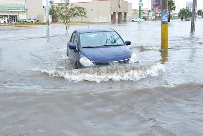 La colonia La Fuente es otro de los sectores que se encuentran anegados por la lluvia este jueves.