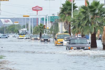 Las lluvias que sorprendieron esta mañana a la Comarca Lagunera han comenzado a causar encharcamientos en distintos puntos.