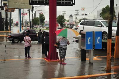 La intensa lluvia de este viernes también causó severos estragos por las inundaciones en la zona centro de Torreón, entre bulevar Independencia y Constitución.
