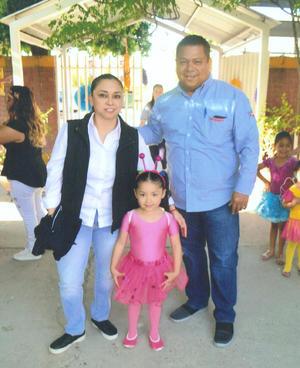 30092018 EN FAMILIA.  Ana Sofía Muñoz del Hoyo y sus papás, Sergio Muñoz y Gabriela del Hoyo.