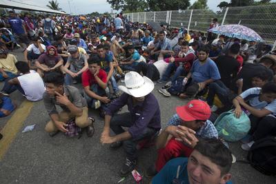 Los migrantes, aguardando para ingresar a México.