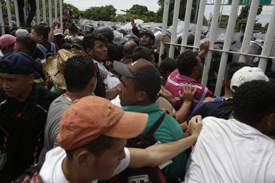 La caravana de migrantes avanza en su meta de llegar a EU.