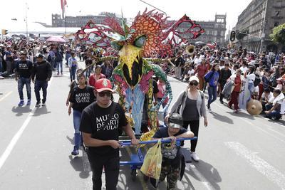 La señora Celia Gómez llevó a sus dos hijas y a sus sobrinas, quienes tienen entre 12 y 15 años, y espera que el desfile se convierta en una tradición, pues acerca a los jóvenes a las tradiciones y cultura, que a veces es costosa, según refiere.