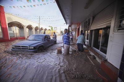El SMN reportó lluvias de más de 182 milímetros, lo que provocó el desbordamiento de los ríos Baluarte, en Sinaloa, y Cañas, que sirve de límite con Nayarit, donde también se desbordó el río Acaponeta.