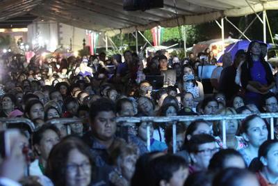 Los músicos subieron al escenario a las 21:00 horas. 'Que bonita es mi tierra' fue su carta de presentación.