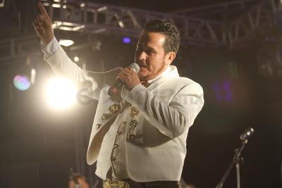La lluvia no impidió que cientos de duranguenses permanecieran más de cuatro horas en el lugar para cantar, bailar y disfrutar del folclor mexicano con la interpretación de grupos provenientes de diferentes partes de la República y, por supuesto, de Durango, invitados por la Escuela de la Música Mexicana (Esmumex), institución organizadora del festival.