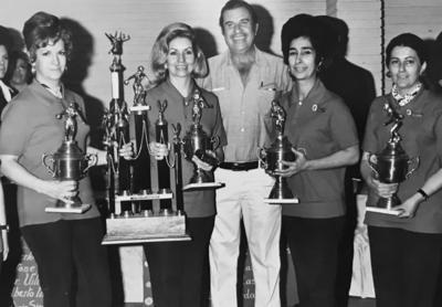 Campeonas en Torneo de Boliche: Roris Veyán, Güera Teele, Juan Abusaid, Queta de Cepeda y Esperanza Aranzábal.