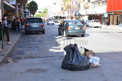 Sin embargo, en recorrido realizado por El Siglo de Torreón, se pudo presenciar que comerciantes y ciudadanos sacaron sus bolsas a pesar de que la recolección de basura comenzará hasta la noche de hoy.
