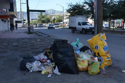 Pese al anuncio del cambio de horario en la recolección de basura en la zona Centro de Torreón, esta mañana dicha zona amaneció con bolsas en distintos puntos del sector.