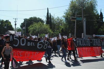"""A la marcha, se sumó el Movimiento Magisterial de Coahuila, que señaló que ésta """"es una esperanza para la participación de la gente, para exigir a los gobiernos el respeto a los derechos humanos y el alto a la represión""""."""